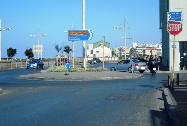 Κυκλικός κόμβος με σήμανση στην παραλιακή λεωφόρο Ηρακλείου